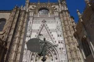 Cattedrale di Siviglia esterno con statua