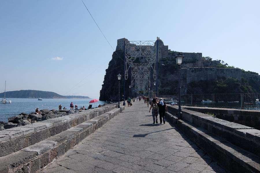Ponte di pietra del castello aragonese di Ischia