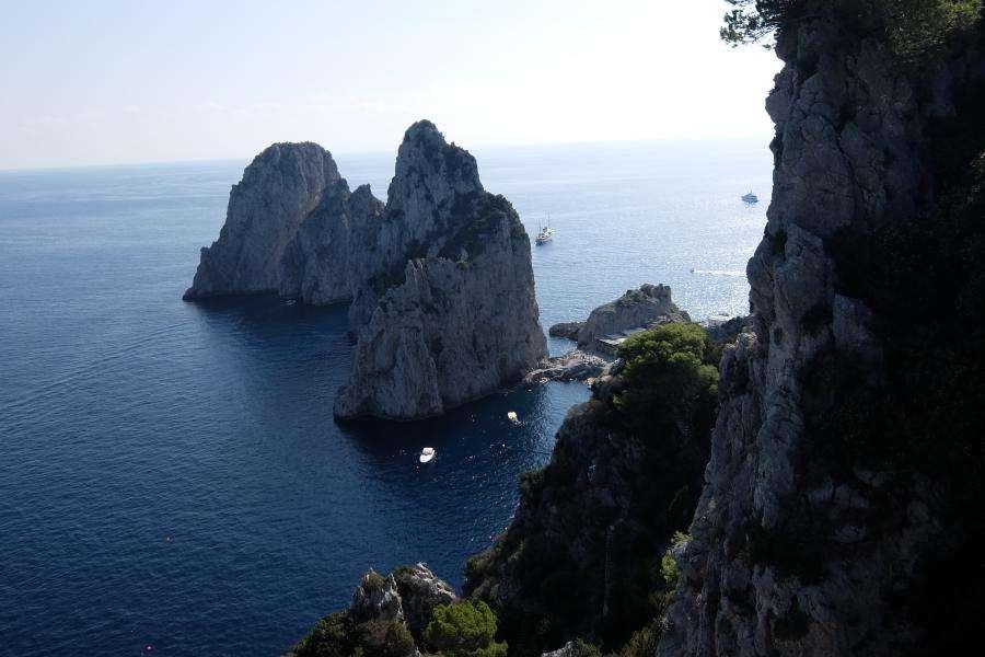 Vista sui faraglioni dalla via di Pizzolungo Capri