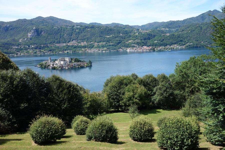 Lago d'Oropa vista su isola di Orta san Giulio